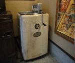 昭和の懐かしい洗濯機 手絞り脱水