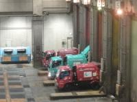 舞洲工場のごみピットへゴミを投げ入れるパッカー車