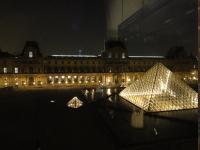 夜のルーブル美術館