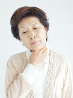 声の老化のサインは、かすれ声、高い声が出にくい、声がひっくり返るなど。